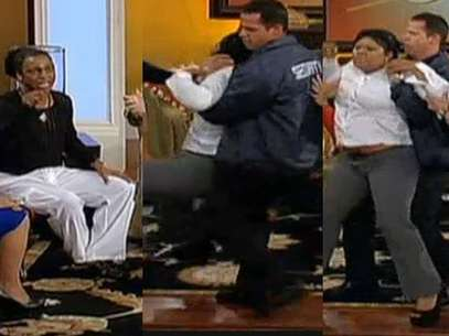 Eubank, con camiseta negra, es atacado por la madre de una de las víctimas Foto: Captura TV