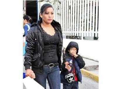 Brenda Judith Saldaña y el pequeño Gerson Eduardo acudieron esta mañana al Ministerio Público para ratificar su denuncia por desaparición. Foto: Ricardo Treviño / Reforma.
