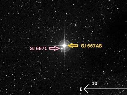 """Concepción artística generada usando el software """"Aladin"""" en donde se muestra la ubicación del planeta GJ 667Cc, que calculan tiene 4,5 veces la masa de la Tierra Foto: EFE"""