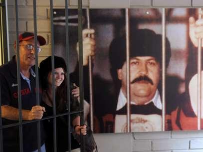 La ruta, que se realiza en camionetas de transporte escolar, reconstruye los últimos días de la vida de Escobar mientras la guía turística, Natalia Buitrago, relata la historia del fundador del Cartel de Medellín. Foto: EFE