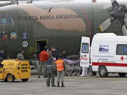 """Miembros de la quemada estación antártica brasileña """"Comandante Ferraz"""" llegan al aeropuerto de Punta Arenas, 25 febrero, 2012. Foto: Stringer / Reuters"""
