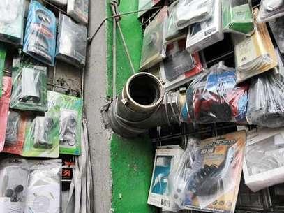 Algunos comerciantes aprovechan las tomas para montar en ellas su mercancía. Foto: Luis Alberto Vargas / Reforma