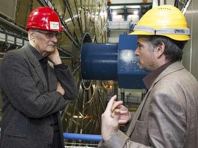 """El actor estadounidense Alan Alda (izquierda) habla con el físico Steven Goldfarb mientras visita la zona """"Atlas"""" de experimentación del laboratorio de la Organización Europea para la Investigación Nuclear (comúnmente conocida como CERN) en Meyrin, cerca de Ginebra, el miércoles 7 de marzo de 2012.  Foto: Keystone/Salvatore Di Nolfi, Pool / AP"""