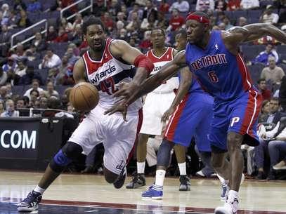El brasileño Nené (42) de los Wizards de Washington se dirige a la canasta mientras Ben Wallace (6) de los Pistons de Detroit intenta quitarle el balón, el lunes 26 de marzo de 2012 en Washington.  Foto: Evan Vucci / AP