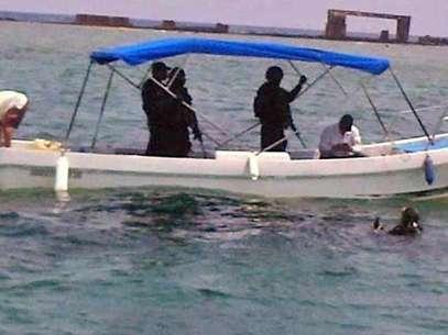 Mientras Quadri estaba en el agua, en la lancha lo acompañaron tres policías federales. Foto: Saúl Ramírez / Reforma