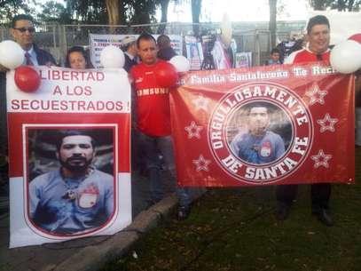 Hinchas de Santa Fe dieron la bienvenida a la libertad al sargento Luis Arturo Arcia, hincha del equipo cardenal Foto: Twitter