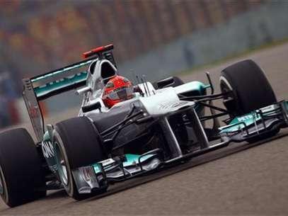 El piloto alemán Michael Schumacher durante la segunda sesión de entrenamientos del Gran Premio de China, abr 13 2012.  El piloto alemán Michael Schumacher volvió el viernes al lugar de su última victoria para establecer la vuelta más rápida para Mercedes en los entrenamientos para el Gran Premio de China de la Fórmula Uno. Foto: Petar Kujundzic / Reuters