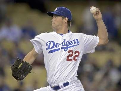 El abridor de los Dodgers de Los Angeles, Clayton Kershaw, logró su 10ma decisión consecutiva en la victoria del equipo por 3-2 sobre los Nacionales de Washinton en Los Angeles, el viernes 27 de abril de 2012. En la imagen, Kershaw lanza contra un rival en la segunda entrada del encuentro.  Foto: Mark J. Terrill / AP