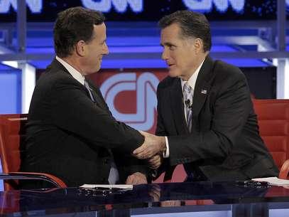 Rick Santorum y Mitt Romney se saludan tras el debate realizado en Arizona en febrero pasado. Foto: AP