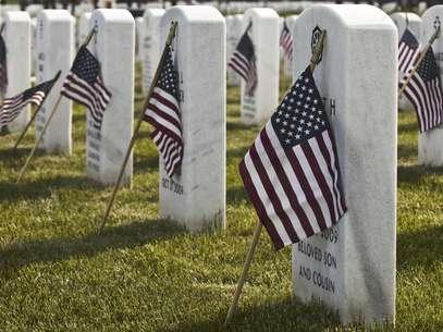 Banderas colocadas junto a las lápidas en el Cementerio Nacional de los Grandes Lagos en Holly, Michigan, el viernes 25 de mayo del 2012.  Foto: The Flint Journal, Lathan Goumas / AP