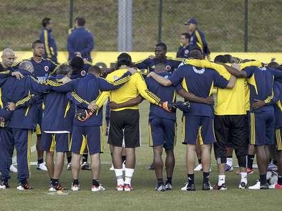 Los jugadores de la selección de Colombia se reúnen en la cancha durante un entrenamiento en Bogotá, el miércoles 6 de junio de 2012. Colombia enfrentará a Ecuador el 10, en la eliminatoria mundialista   Foto: Fernando Vergara / AP