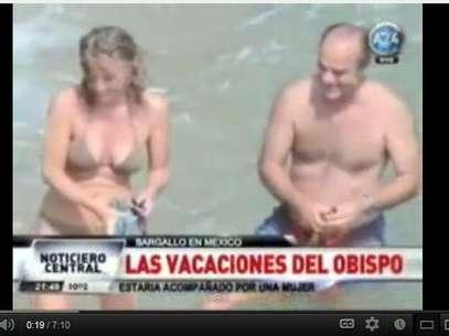 En la imagen se ve al ex obispo disfrudo junto a una mujer. Por el hecho debió renunciar. Foto: Captura YouTube