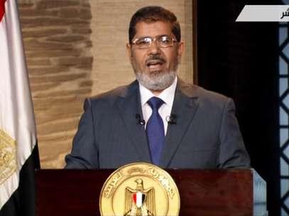 El ganador de los comicios presidenciales en Egipto, Mohammed Morsi, pronuncia un discurso en El Cairo, de acuerdo con esta imagen tomada de la Televisión Estatal el domingo 24 de junio de 2012. En su primer discurso televisado, Morsi dijo que cumplirá los acuerdos internacionales de Egipto, en referencia al tratado de paz con Israel. Foto: Televisión Estatal de Egipto / AP