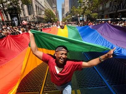 Mark Wilson con la bandera del arcoiris a cuestas durante el 42do desfile del orgullo gay en San Francisco el domingo 24 de junio de 2012.  Foto: Noah Berger / AP