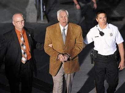 Former Penn State assistant football coach Jerry Sandusky leaves the Centre County Courthouse in handcuffs after his conviction in his child sex abuse trial in Bellefonte, Pennsylvania, June 22, 2012. Foto: Pat Little / Reuters