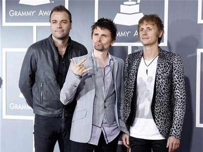 """Imagen de archivo de los integrantes de la banda británica Muse durante la entrega de los premios Grammy en Los Angeles, feb 13 2011. """"Survival"""", de Muse, será la canción oficial de los Juegos Olímpicos de Londres, según anunció el miércoles la banda británica de rock. Foto: Danny Moloshok / Reuters en español"""