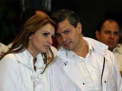 Enrique Pena Nieto, junto a su esposa al inicio de su campaña a la presidencia, en un evento en el estado de Jalisco. Foto: AP