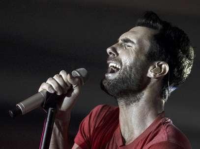 """En esta imagen de archivo del 16 de noviembre del 2011, Adam Levine, vocalista de Maroon 5, canta con la banda en la fiesta de lanzamiento de Google Music en Los Angeles. El más reciente álbum de Maroon 5, """"Overexposed"""", salió al mercado el martes 26 de junio del 2012.  Foto: Matt Sayles, Archivo / AP"""