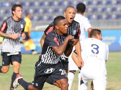 Yordi Reyna celebra su gol ante el cuadro trujillano. Foto: Miguel Bustamante / Terra Perú