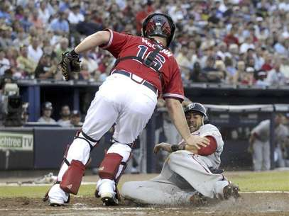 Washington Nationals runner Michael Morse slides in safe past Atlanta Braves catcher Brian McCann in the third inning at their MLB National League baseball game at Turner Field in Atlanta, Georgia June 29, 2012. Foto: Tami Chappell / Reuters In English