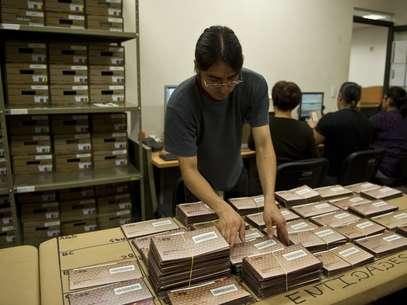 Personal del IFE preparó cientos de boletas para el voto ausente. Foto: Getty Images
