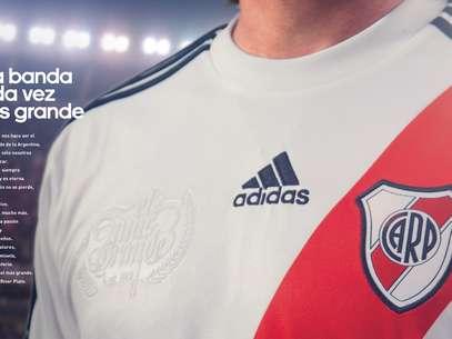 Adidas Argentina presentó la nueva camiseta del Club Atlético River Plate, en la cual la banda roja se muestra completa y vuelve a ser la gran protagonista. La nueva casaca será estrenada oficialmente en el torneo de fútbol argentino que comenzará en agosto. Foto: Adidas Argentina