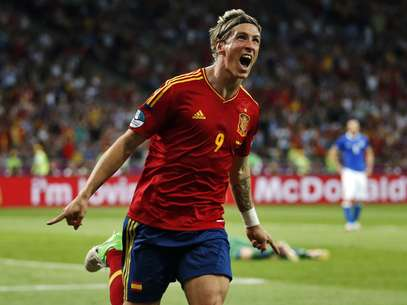 Spain's Fernando Torres will receive his Golden Boot Trophy on the eve of the European Super Cup. Foto: AP in English
