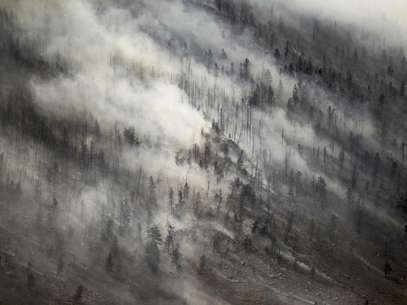 Un súbito cambio en la dirección de viento empuja el humo hacia la cima de Sheep Mountain mientras se extiende el incendio de Squirrel Creek, el martes 3 de julio de 2012, cerca de  Woods Landing, Wyoming.  Foto: Laramie Boomerang, Andy Carpenean / AP
