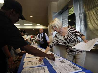 Carlene Gepner of WorkSource hands out job applications at the 11th annual Skid Row Career Fair the Los Angeles Mission in Los Angeles, California, May 31, 2012. Foto: David McNew / Reuters In English
