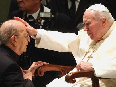 El papa Juan Pablo II en una fotografía de archivo del 30 de noviembre de 2004 en la que bendice al padre Marcial Maciel, fundador de los Legionarios de Cristo, durante una audiencia especial en el Vaticano.  Foto: Plinio Lepri, Archivo / AP