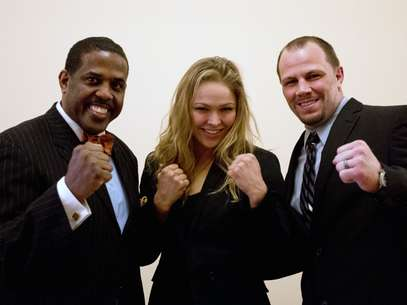 Sen. Kevin Parker, D-Brooklyn, left, poses with mixed martial arts athletes Ronda Rousey, center, and Nick Catone at the Capitol in Albany, N.Y., on Wednesday, April 18, 2012.  Foto: AP in English