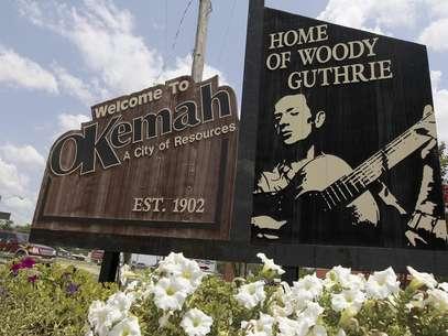Un letrero recibe a los visitantes de Okemah, Oklahoma, la ciudad natal de Woody Guthrie, el viernes 13 de julio de 2012. Okemah está celebrando el centenario del nacimiento de Guthrie.  Foto: Sue Ogrocki / AP