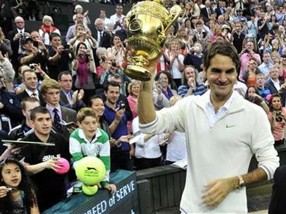 Roger Federer of Switzerland holds the winners trophy after defeating Andy Murray of Britain in their men's singles final tennis match at the Wimbledon Tennis Championships in London July 8, 2012. Foto: Toby Melville / Reuters In English