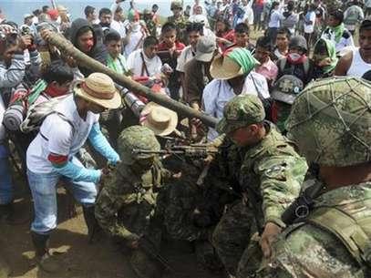 Integrantes del grupo indígena Nasa esperaban reunirse este viernes con los ministros de Interior y Defensa con el fin de encontrar una salida al conflicto armado en el Cauca. Foto: Stringer / Reuters