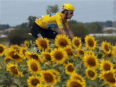 Sky Procycling rider and leader's yellow jersey Bradley Wiggins of Britain cycles past sunflowers during the 18th stage of the 99th Tour de France cycling race between Blagnac and Brive-La-Gaillarde, July 20, 2012. Foto: Stephane Mahe / Reuters In English