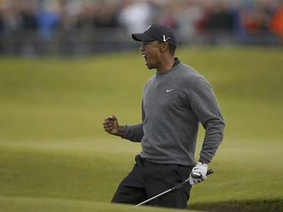 Tiger Woods of the U.S. reacts after chipping in from a bunker to make birdie during the second round of the British Open golf championship at Royal Lytham & St Annes, northern England July 20, 2012. Foto: Brian Snyder / Reuters In English