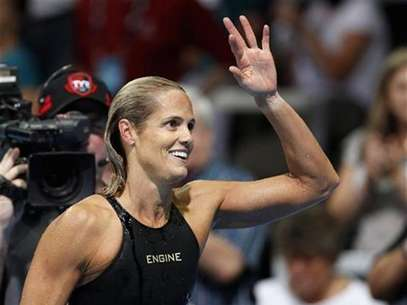 Dara Torres waves to her family after failing to qualify in the women's 50m freestyle race during the U.S. Olympic swimming trials in Omaha, Nebraska, July 2, 2012. Foto: Jeff Haynes / Reuters In English