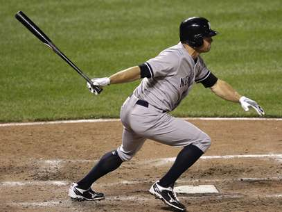New York Yankees' Brett Gardner hits a singles in the sixth inning of a baseball game against the Baltimore Orioles in Baltimore, Tuesday, April 10, 2012. Curtis Granderson scored on the play. Foto: AP in English