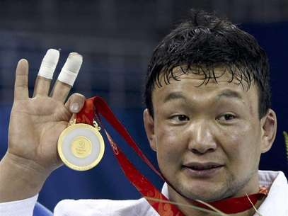 Gold medallist Tuvshinbayar Naidan of Mongolia holds his medal during the medal ceremony of the men's -100kg judo event at the Beijing 2008 Olympic Games, in this August 14, 2008 file photo. Foto: Files / Reuters In English