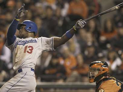Hanley Ramirez connects for a 10th-inning home run that gave the L.A. Dodgers a 5-3 win over the rival San Francisco Giants. Foto: Jeff Chiu / AP