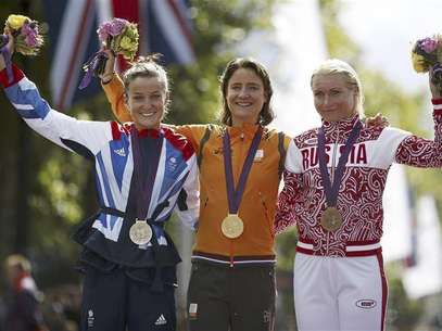Gold medallist Marianne Vos of the Netherlands (C), silver medallist Elizabeth Armitstead of Britain (L) and bronze medallist Olga Zabelinskaya of Russia stand on the podium during the victory ceremony for the women's cycling road race at the London 2012 Olympic Games July 29, 2012. Foto: Paul Hanna / Reuters In English