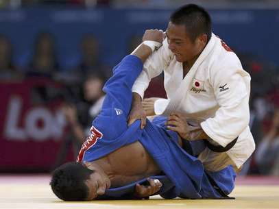 Japan's Misato Nakamura fights with North Korea's An Kum Ae (blue) during their women's -52kg elimination round of 16 judo match at the London 2012 Olympic Games July 29, 2012. Foto: Toru Hanai / Reuters In English