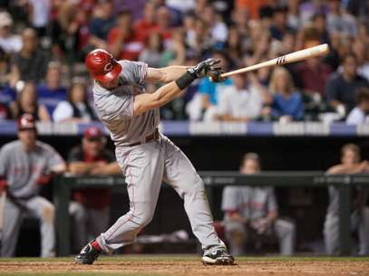 Ryan Ludwick #48 of the Cincinnati Reds hits a home run in the eighth inning of a game against the Colorado Rockies at Coors Field on July 28, 2012 in Denver, Colorado. The Reds defeated the Rockies 9-7.  Foto: AP