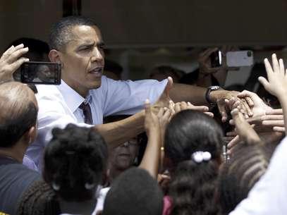El presidente Barack Obama saluda a personas afuera del restaurante Lechonera El Barrio, en Orlando, Florida, el jueves 2 de agosto de 2012. Obama tenía previsto para el jueves actos de campaña en Florida y el Norte de Virginia. El equipo de campaña del mandatario busca cortejar a los electores puertorriqueños en Florida.   Foto: Pablo Martínez Monsiváis / AP