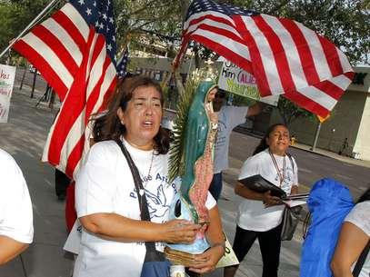 Rosa María Soto carga una estatua de la Virgen de Guadalupe mientras protesta contra Joe Arpaio, alguacil del condado de Maricopa, frente al Tribunal Federal Sandra Day O'Connor. Foto: AP