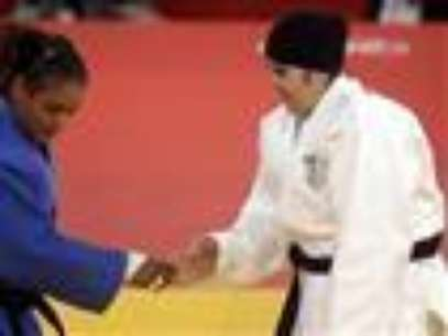 The first Saudi Arabian woman to compete in the Olympics was easily defeated Friday by a Puerto Rican opponent in a judo bout that lasted only 82 seconds. (Aug. 3)                 Foto: AP in English