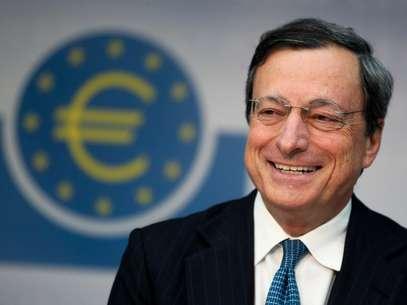 El presidente del Banco Central Europeo, Mario Draghi, habla con los periodistas en una conferencia de prensa en Francfort, Alemania, el jueves 2 de agosto del 2012, después de una reunión de la junta de gobernadores del BCE a fin de decidir la estrategia que seguirían para contrarrestar la crisis financiera. Los mercados bursátiles de Asia bajabandespués de que la reunión de la junta del Banco Central Europeo no logró cumplir con las promesas de tomar contundentes acciones a fin de superar la prolongada c Foto: Michael Probst / AP