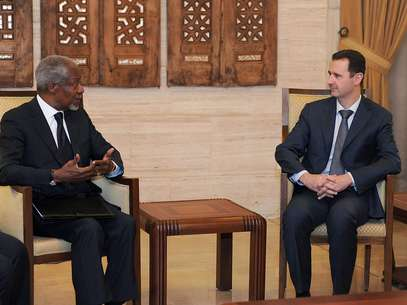 Kofi Annan, como enviado especial de las Naciones Unidas para Siria, conversa con el presidente sirio Bashar Assad, a la derecha, en Damasco, el 10 de marzo de 2012. Annan anunció el jueves 2 de agosto su renuncia efectiva al cargo el 31 de este mes ante el fracaso de su plan de paz para Siria.  Foto: SANA / AP