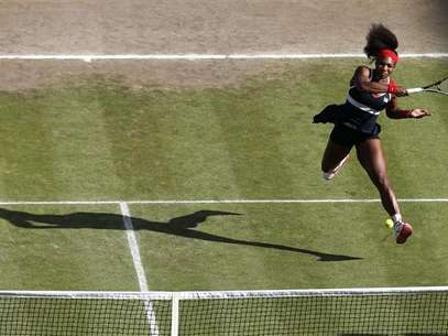 Serena Williams of the U.S. shakes hands with Belarus' Victoria Azarenka (L) after defeating her in their women's singles tennis semi-final match at the All England Lawn Tennis Club during the London 2012 Olympic Games August 3, 2012. Foto: Stefan Wermuth / Reuters In English