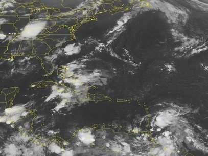 La tormenta tropical Ernesto, abajo a la derecha, aparece en la madrugada del viernes 3 de agosto de 2012 en dirección a las Islas de Barlovento en esta imagen satelita de la Administración Nacional para el Océano y la Atmósfera de Estados Unidos. El Centro Nacional de Huracanes de Estados Unidos pronosticó que va tomando fuerza y podría ser huracán la próxima semana.  Foto: Weather Underground / AP